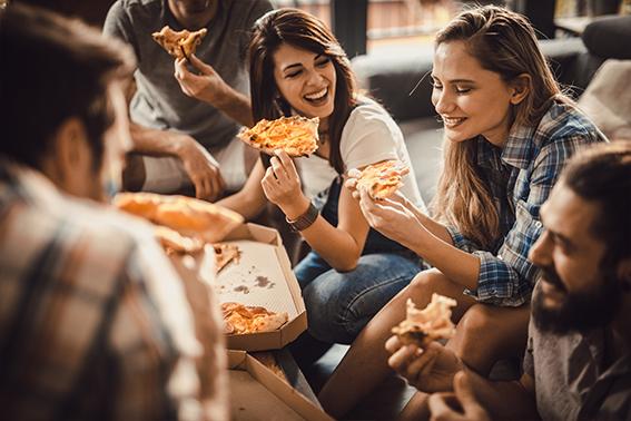 Pizza, glückliche Menschen essen Pizza | ÓNIRO essen