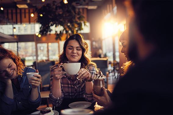 Kaffee und Tee, glückliche Menschen trinken | ÓNIRO trinken